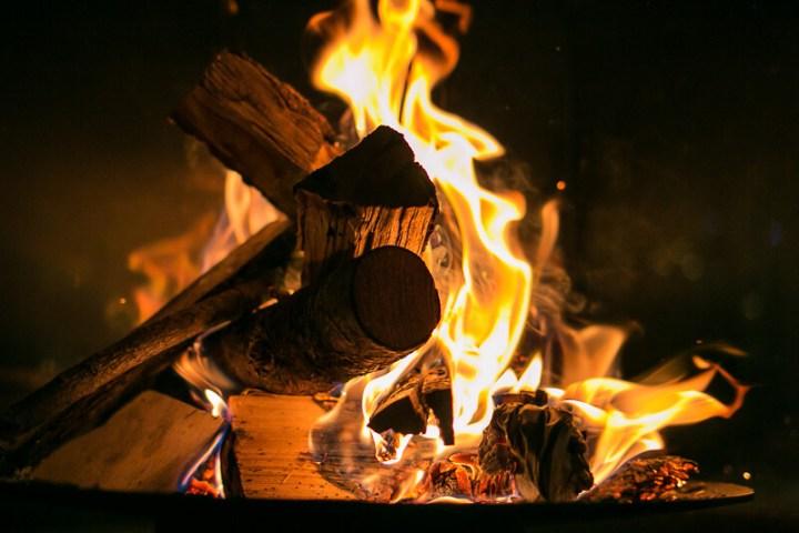 Abends am Kaminfeuer