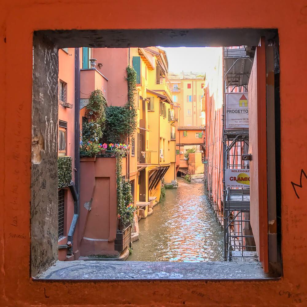 Klein Venedig: Ein kleines Fenster in der Via Piella erlaubt diesen, etwas anderen Blick auf Bologna.
