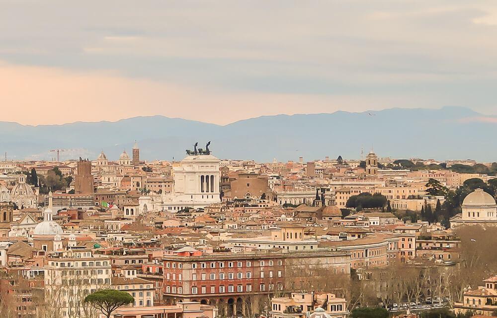 Rom vom Gianocolo-Hügel aus gesehen am Abend