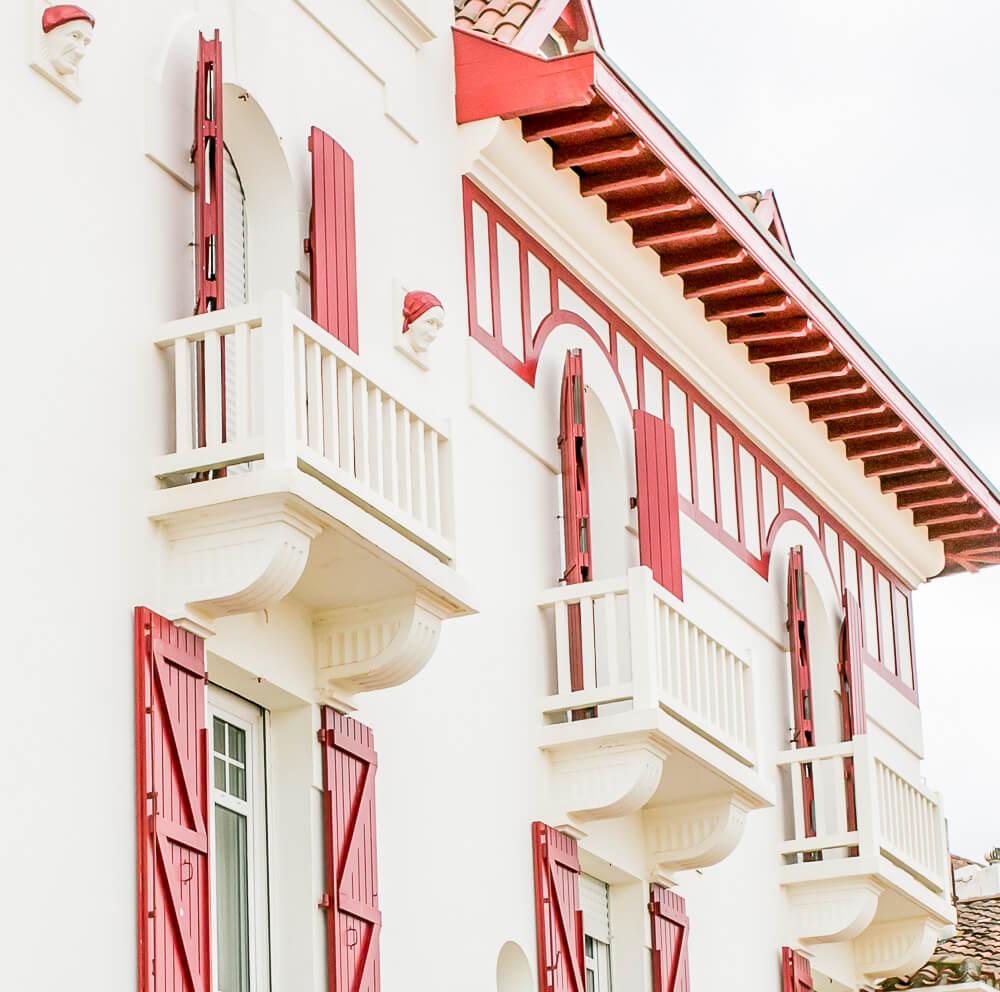 Traditionelles Haus in St. Jean de Luz: rot-weiß sind die typischen Farben des Baskenlandes