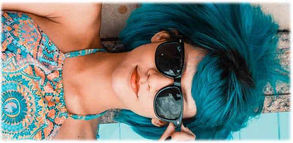 femme-bleu-lunette