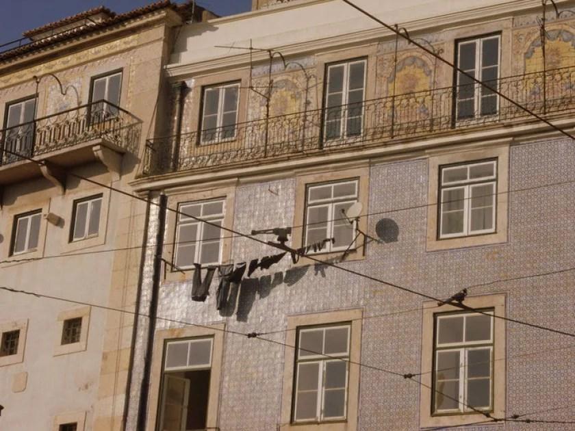 wäscheleine-und-architektur-in-lissabon