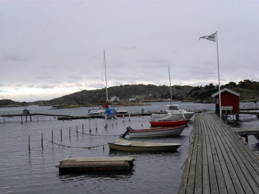boote-und-holzsteg-auf-einer-schäreninsel-in-göteburg