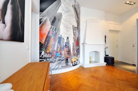 suelo de parquet en espiga mural de Times Square muebles de diseño mesa fritz hansen lámparas de diseño grandes ventanales estilo nórdico estilo escandinavo estilo de decoración sueco estampado de cebra en decoración diseño de interiores decoración de interiores consolas colgadas de la pared cocina blanca con isla