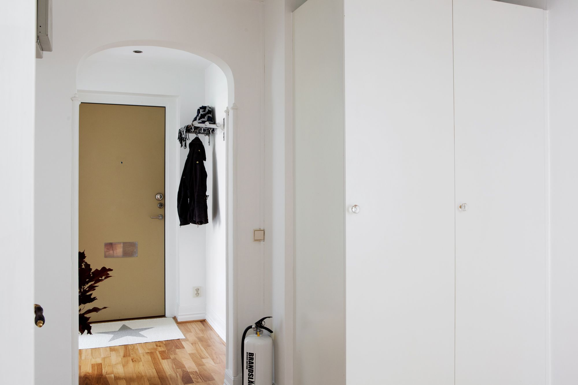 paredes grises muebles blancos suelo de madera interiores pisos pequeos nrdicos inspiracin saln ikea estilo nrdico