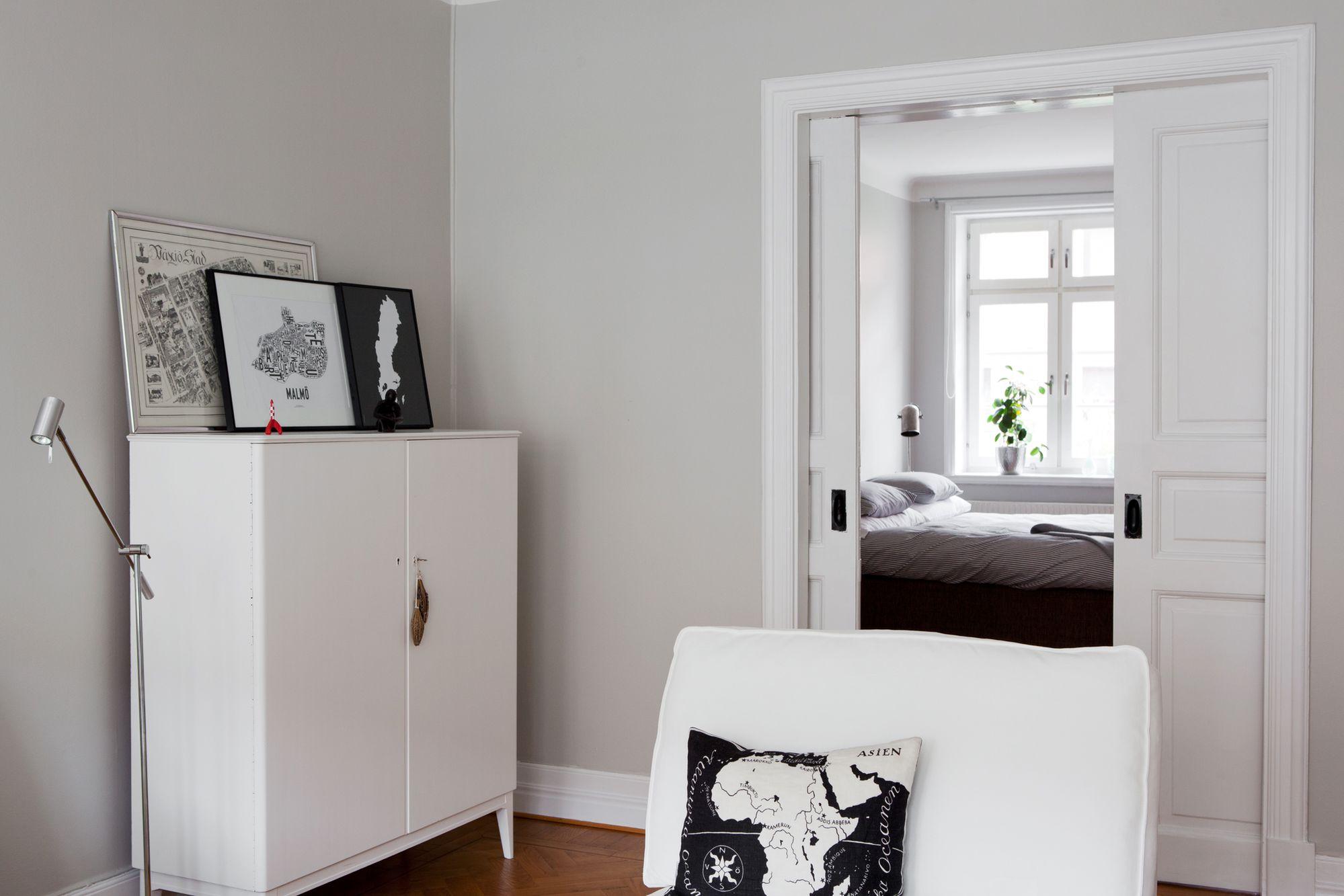 Paredes grises muebles blancos suelo de madera blog for Paredes y puertas blancas