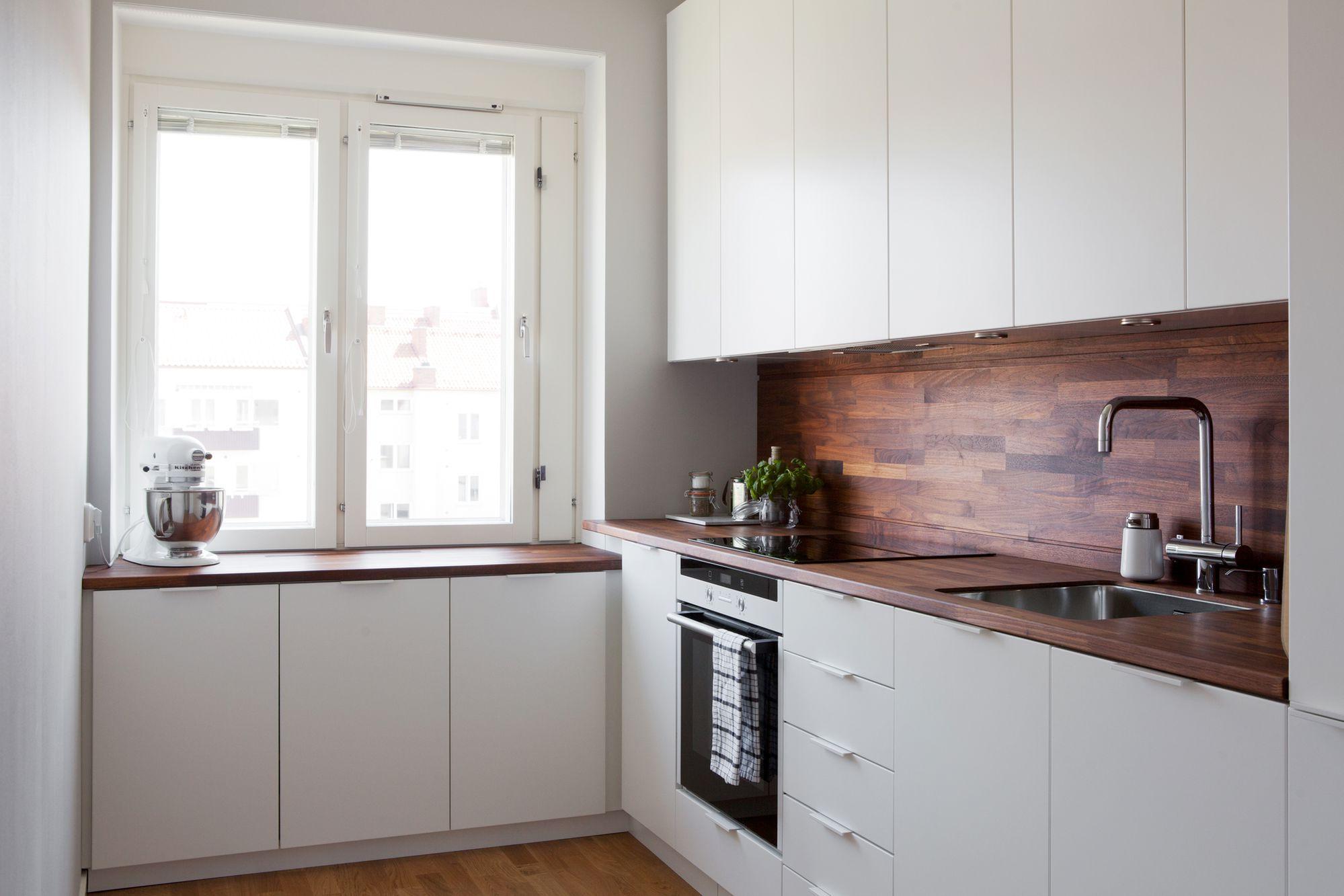 Cocina blanca con revestimiento de madera oscura blog - Cocinas nordicas ...