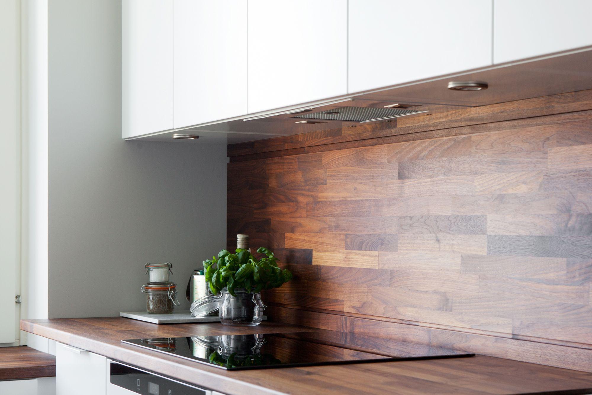 Cocina blanca con revestimiento de madera oscura blog - Revestimientos paredes cocina ...