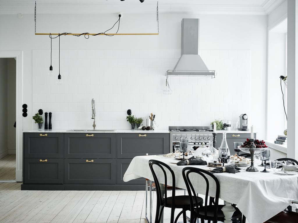 Elegante cocina de madera gris y encimera de mármol