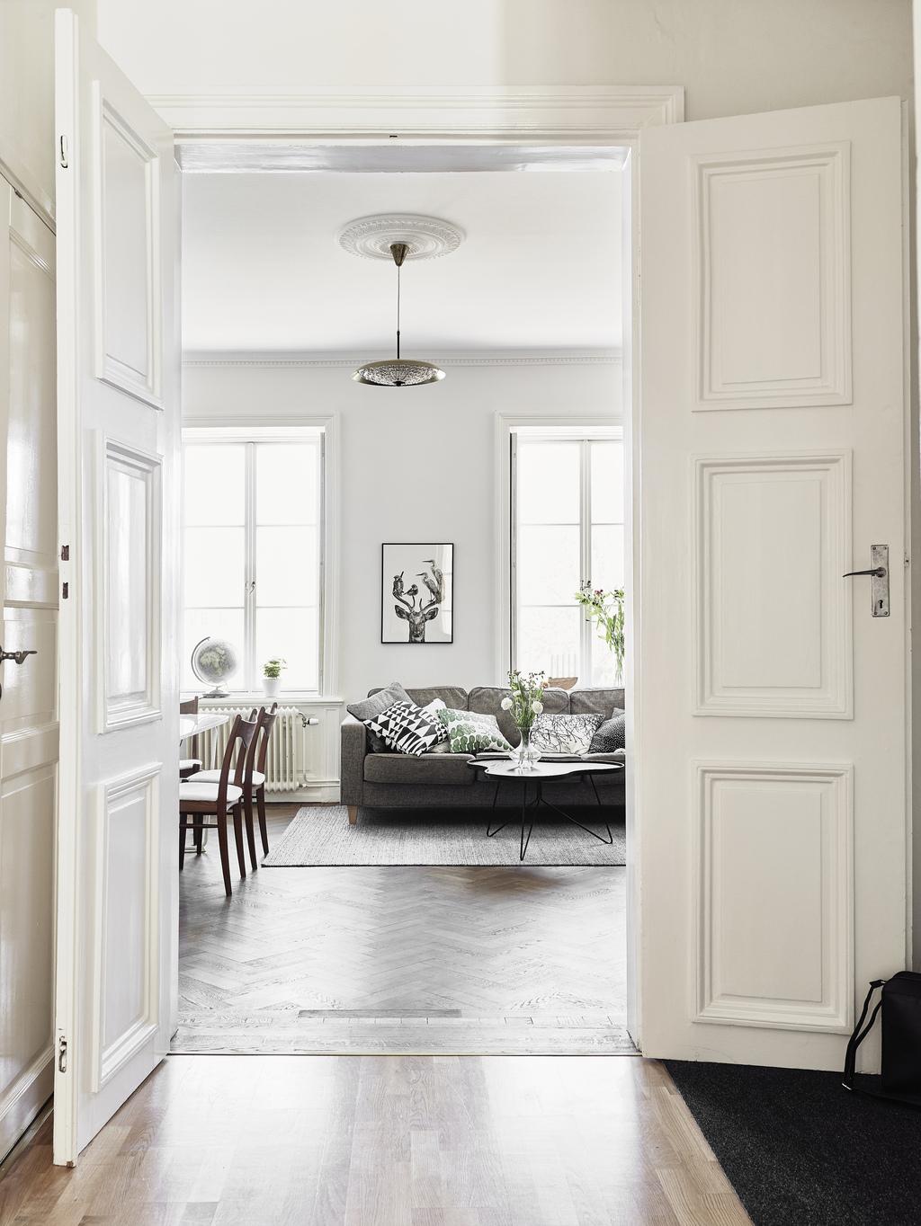 Madera oscura paredes blancas y contraventanas blog - Decoracion puertas blancas ...