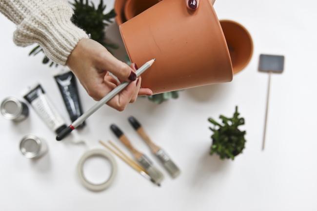 DIY – Pinta tus macetas de barro o de plástico para darles un aire ...
