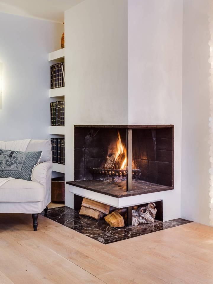 Sal n con chimenea y librer a empotrada blog decoraci n for Chimenea de gas en un piso