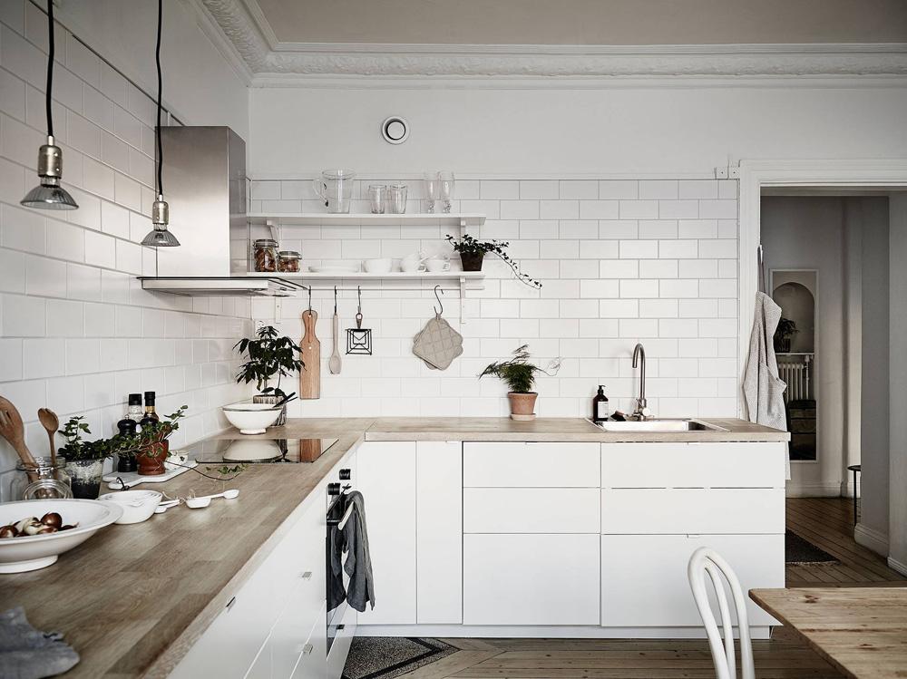 Cocina n rdica con baldosa metro y encimera de madera for Baldosa metro
