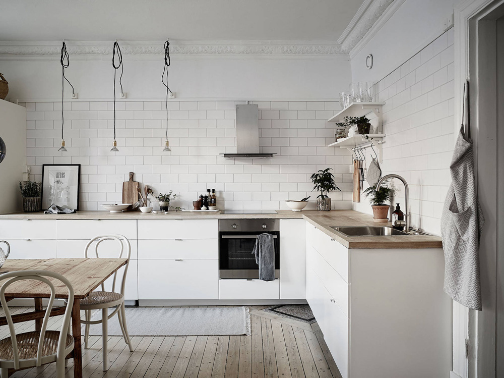 Cocina n rdica con baldosa metro y encimera de madera for Cocina blanca y madera moderna