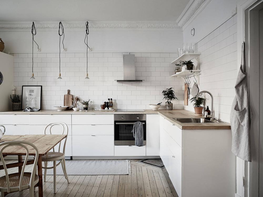 Cocina n rdica con baldosa metro y encimera de madera for Baldosas para cocinas modernas