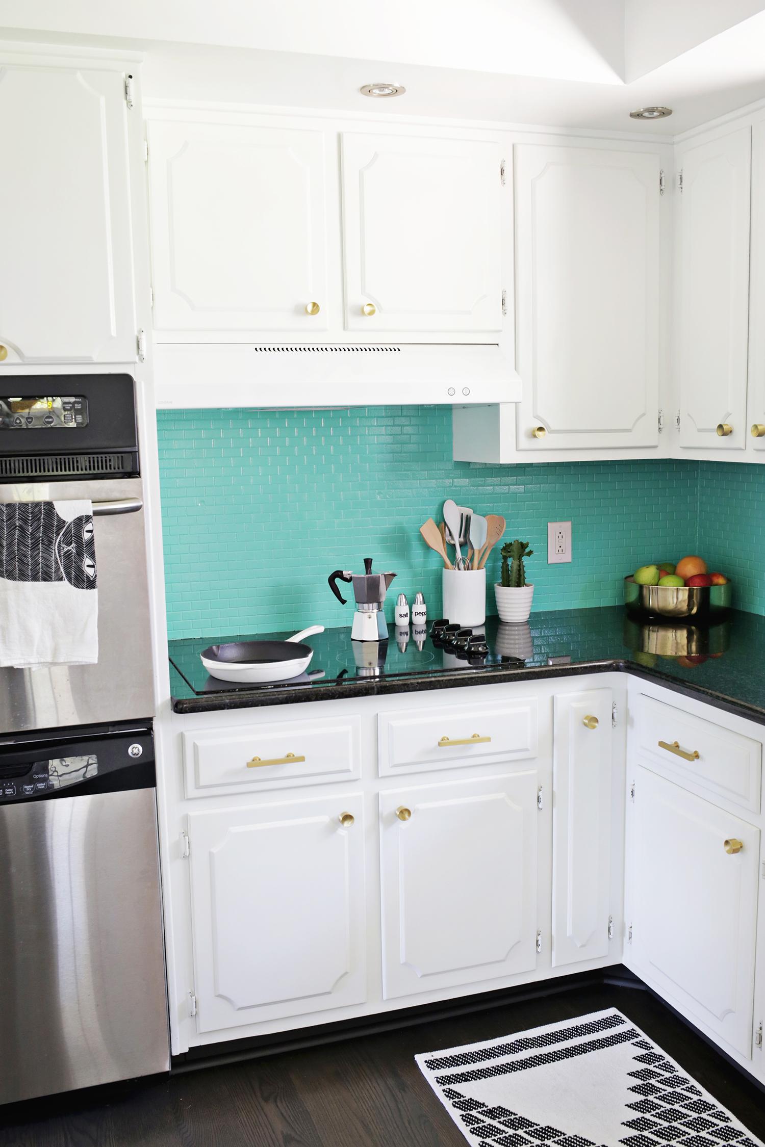 Antes despu s de cocina anticuada a moderna y brillante for Pintura cocina pato azul