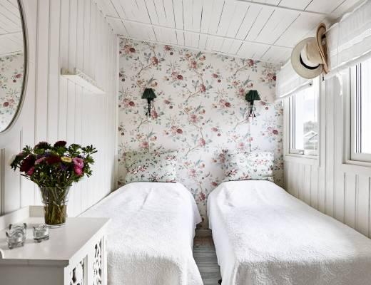 blog decoración nórdica, decoración exterior, decoración femenina, estilo sueco, flores y plantas decoración, Motivos florales decoración, papel de pared, pequeña cabaña madera