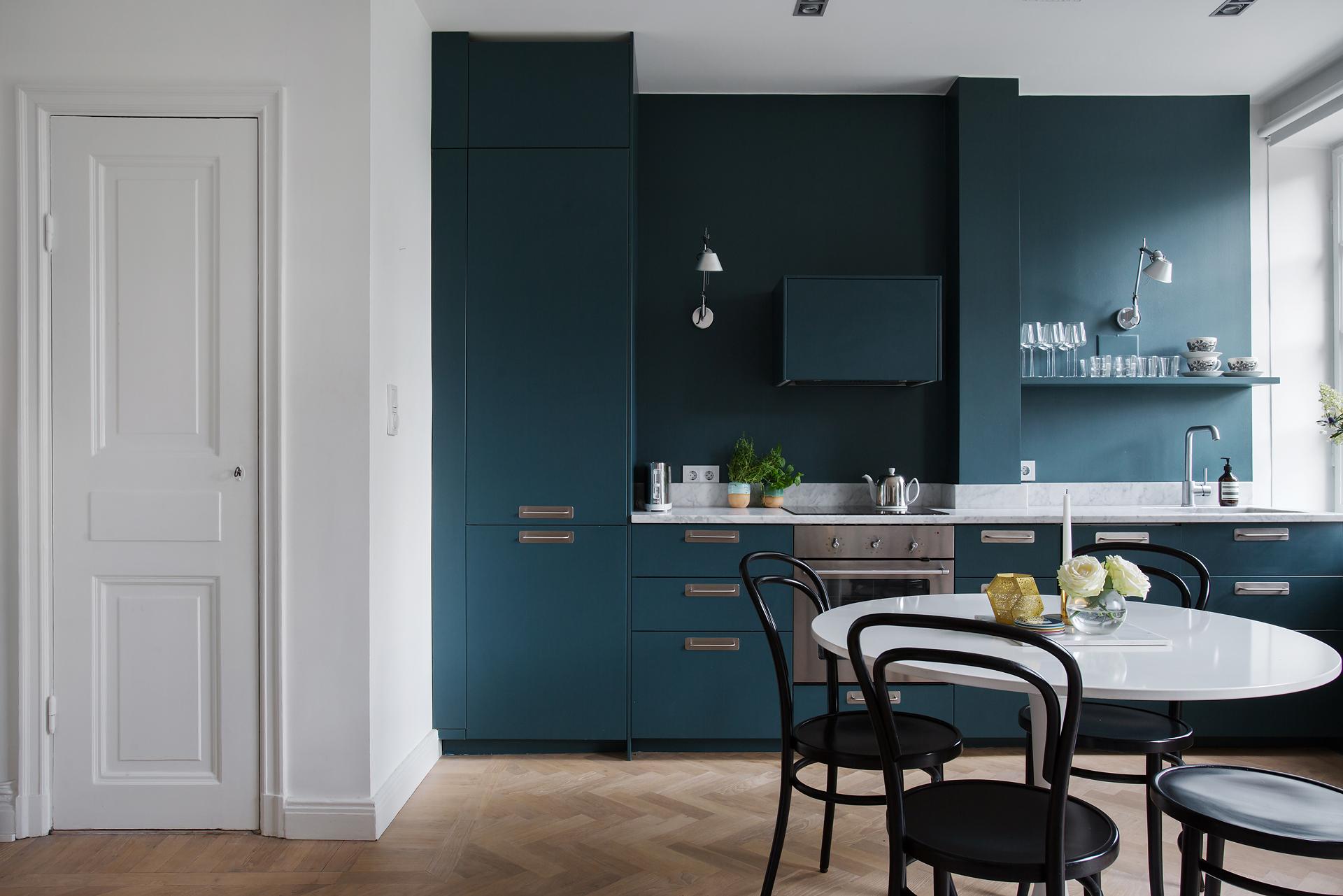 Pintar la pared de la cocina del mismo color que los for Pintar paredes con muebles oscuros
