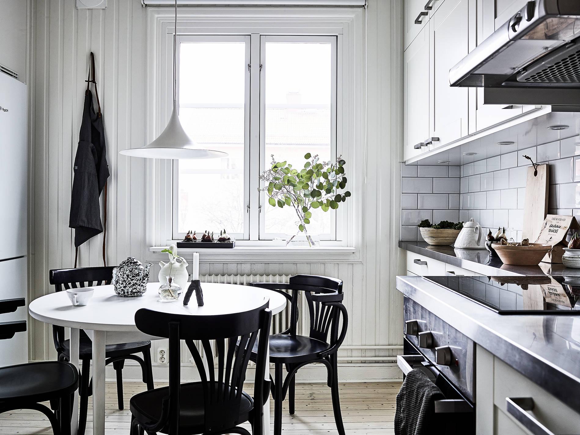 Mesa blanca sillas negras blog tienda decoraci n estilo for Sillas cocina negras