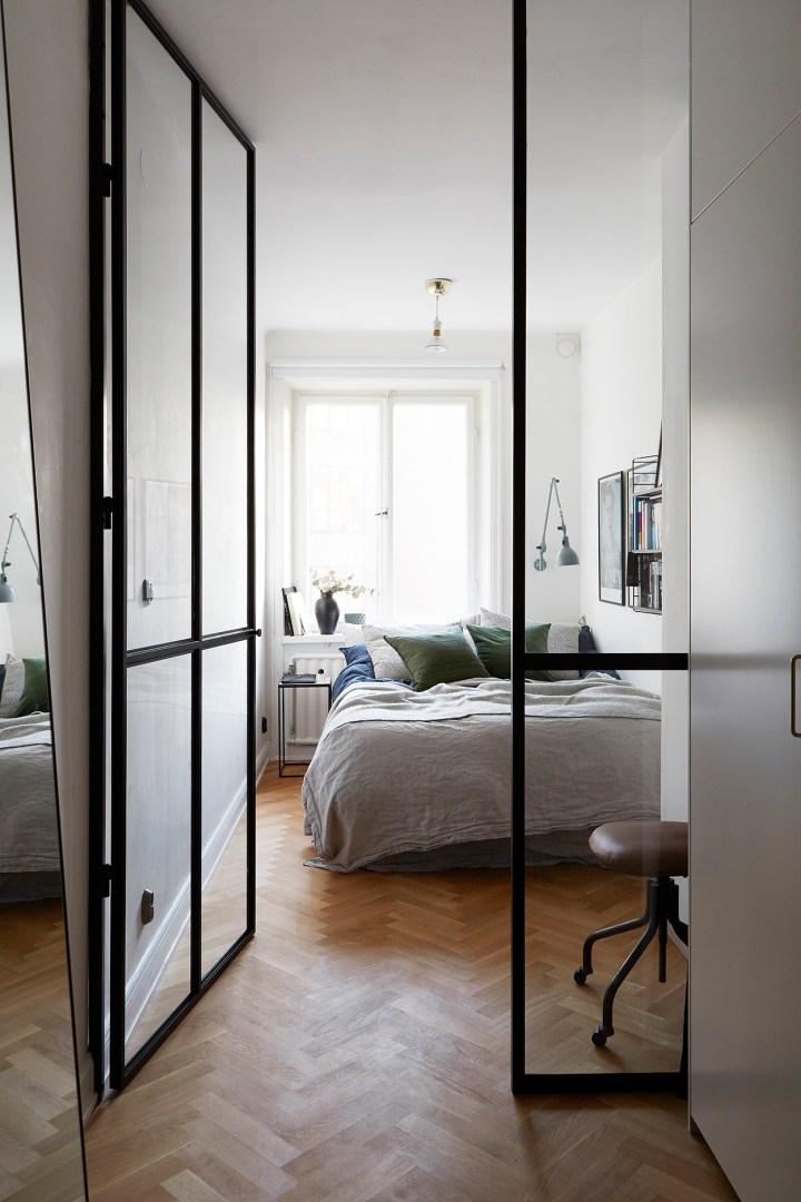 Un dormitorio con pared de cristal