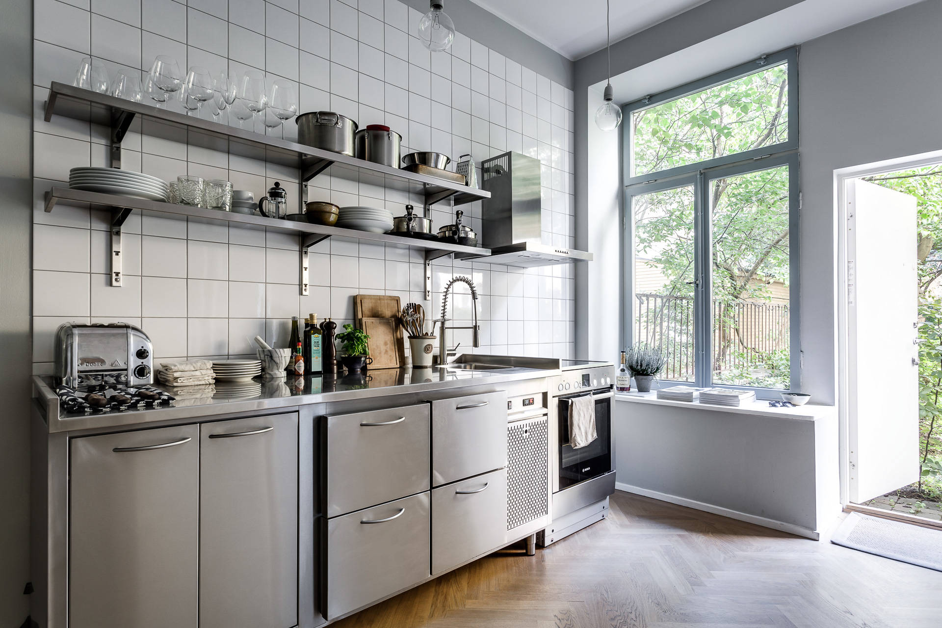 Peque a cocina inspirada en una profesional blog tienda for Decoracion cocina pequena moderna