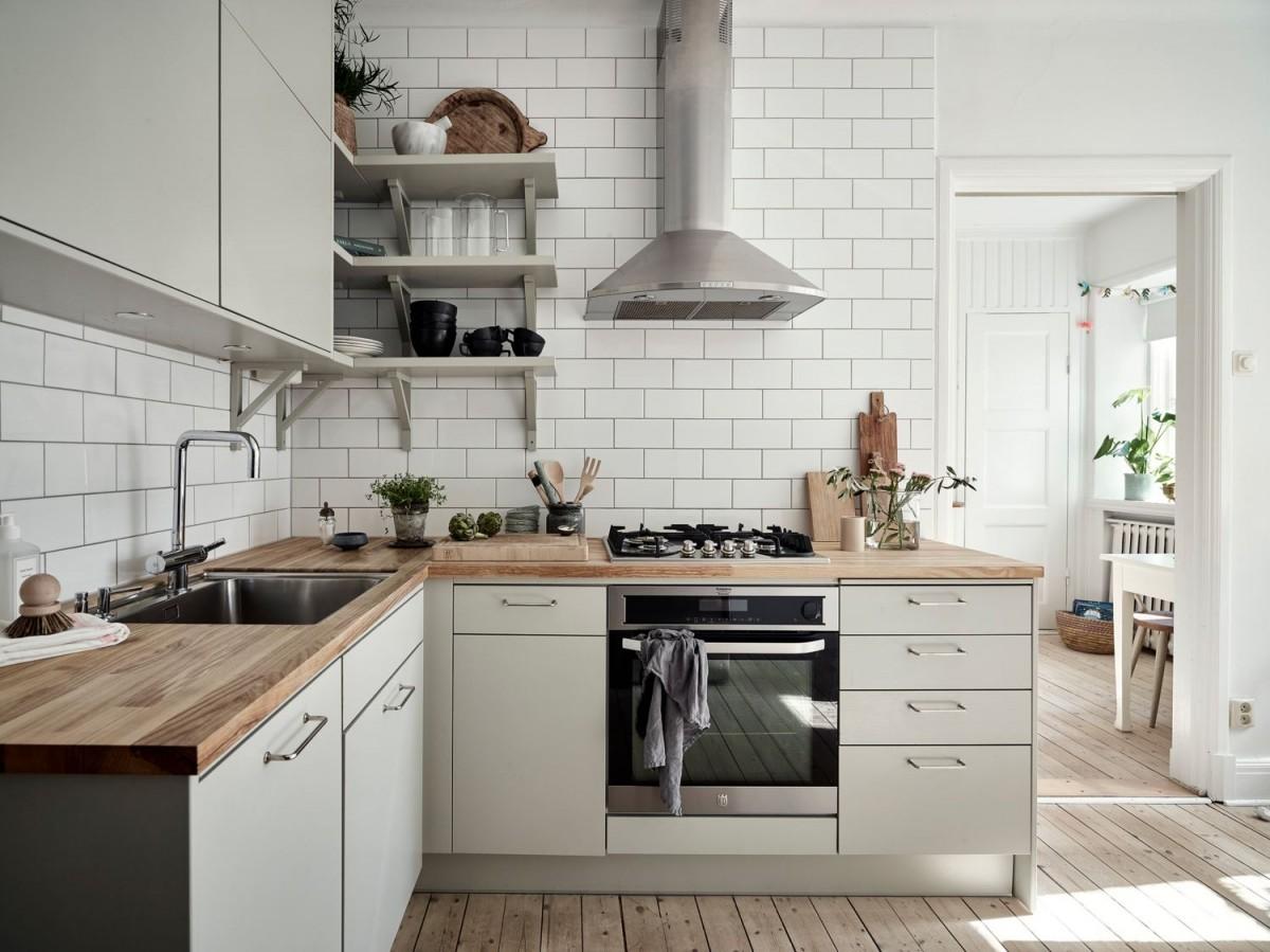 Cocina con estanterías abiertas y muebles cerrados en la ...