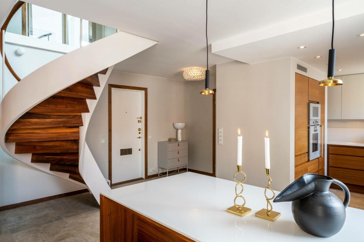 Dúplex con moderna y elegante escalera de caracol