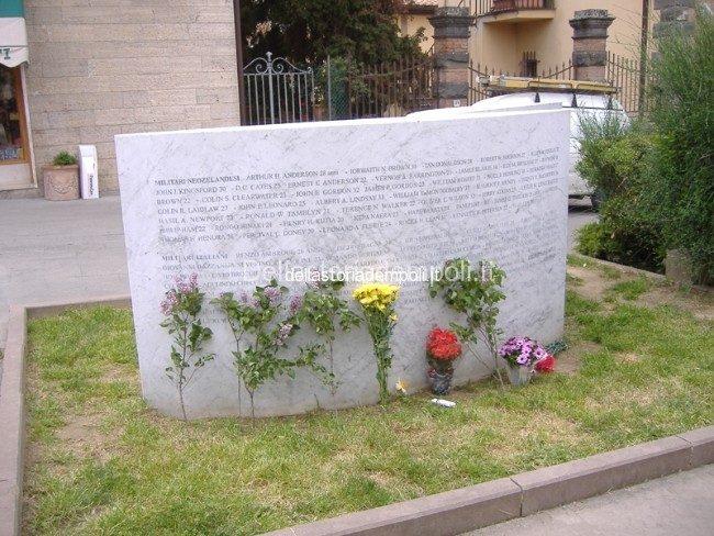 il monumento con i nomi dei soldati neozelandesi a Tavarnelle Val di Pesa