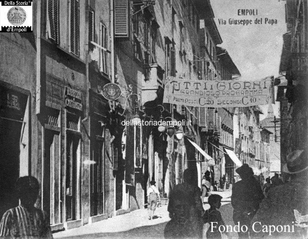 Via Giuseppe Del Papa, inquadrato al centro l'edificio dell'hotel Tazza d'oro, sulla destra si scorge il palazzo del Municipio