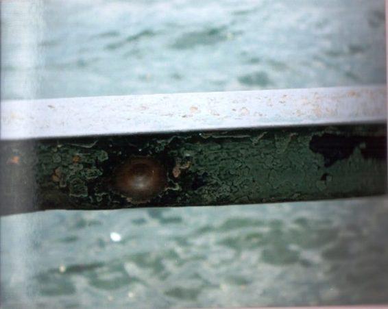 Segni di fucilazione sulla ringhiera del lungolago di Dongo