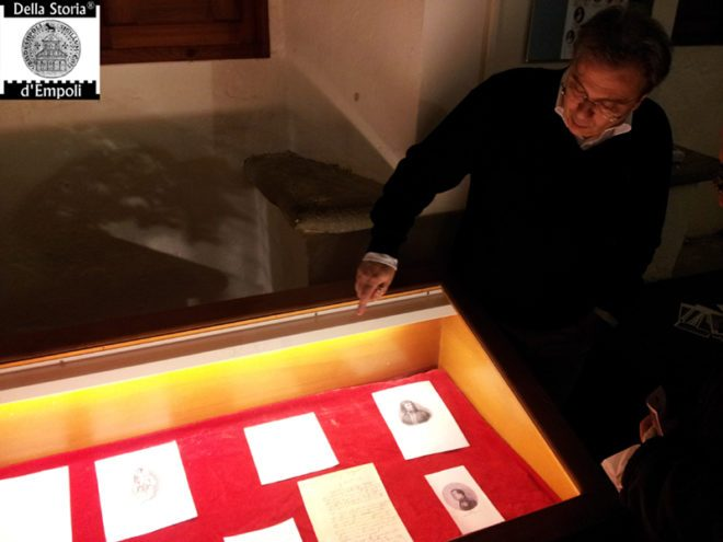 il socio Giovanni Guerri mentre illustra i cimeli napoleonici