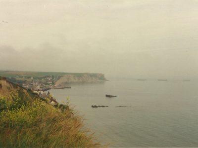 I cassoni del porto Mullberry dalla falesa di Arromanches, Normandia