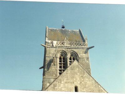 ll pupazzo di John Steele appeso al campanile della chiesa di Saint-Mére-Eglise, Normandia