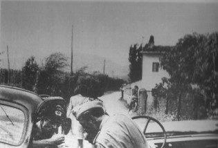 L'aiutante del  II Battaglione, Panzer-Grenadier-Regiment 9., sottotenente Rappart, assieme al comandante della 8. Kompanie del Panzer-Grenadier-Regiment 9, tenente Hoffmann, sulla strada Firenze-Montecatini.