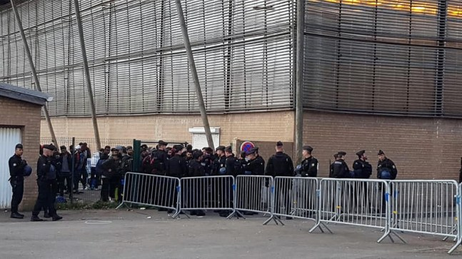 A Grande-Synthe, au stade du Moulin, les forces de l'ordre ont évacué 811migrants