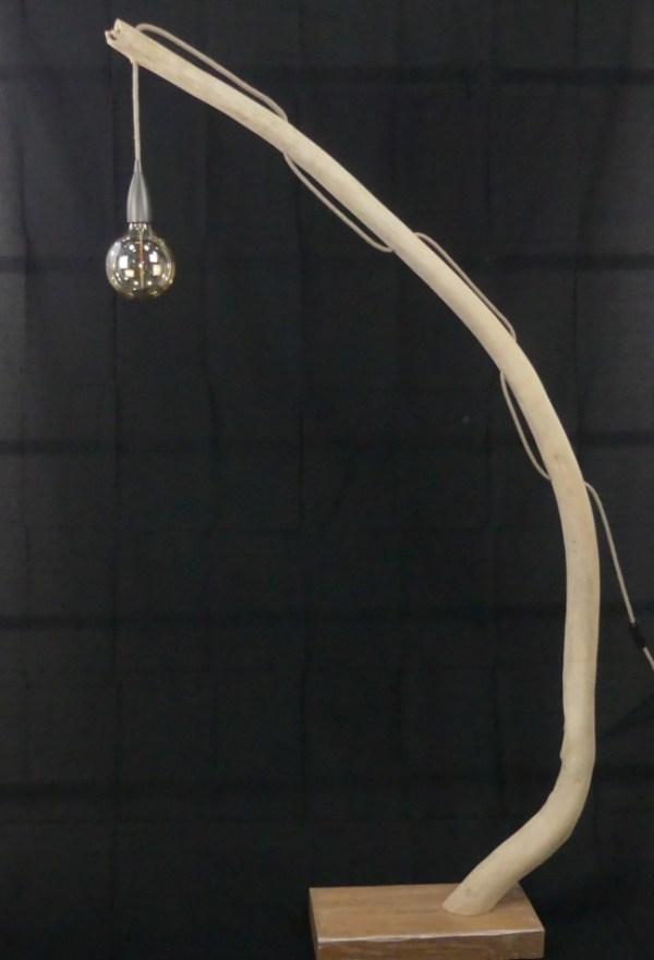 Bois flotté. Lampadaire en bois flotté, sa branche en bois flotté et socle en bois brut. Création artisanale Made in France by Deluxe Créations