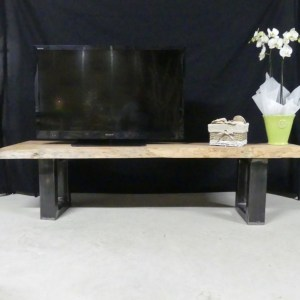 Meuble de télévision esprit loft. Meuble TV en bois massif et acier. Mobilier de type industriel by Deluxe Créations