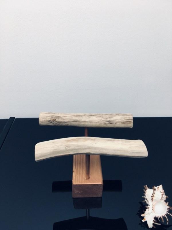 Bois flotté. Porte-bijoux décoratif réalisé à partir de bois brut et de bois flotté. De couleur cuivrée, il est idéal pour exposer des bracelets ou des montres.