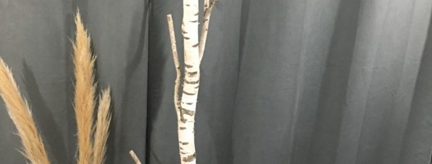 Porte-manteau réalisé à partir d'un tronc de bouleau, son socle est en acier et décoré de résine. Création artisanale Made in France