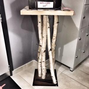 Bouleau. Pupitre en petits troncs de bouleaux. Socle en acier et plateau en bois massif. Création artisanale Française by Deluxe Créations