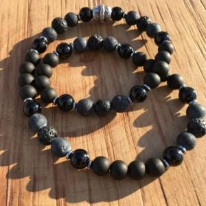Bracelet artisanal, en perles, perles naturelles et perles précieuses pour certains, imaginé et créé en France, dans l'atelier de la société Deluxe Créations