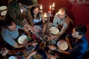 Et hop, on remplit les verres de vodka à coups de kalachnikov !