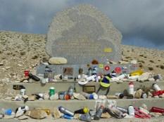 C'est à cet endroit que le cycliste britannique Tom Simpson s'est écroulé, lors du Tour de France 1967. Aujourd'hui, les cyclistes lui rendent hommage en laissant, au pied du monument, bidons et... barres de céréales !