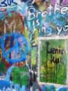 Le mur est recouvert de graffitis.