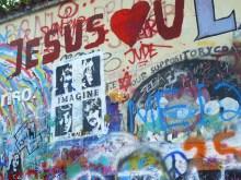 Les hommages à John Lennon sont nombreux.