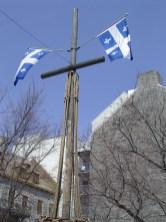 Le drapeau du Québec flotte un peu partout.