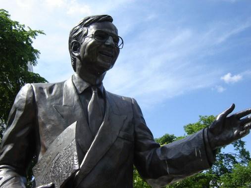 Statue vers le parlement.