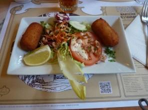 La brasserie Horta sert des plats typiques, tels les croquettes de crevettes.