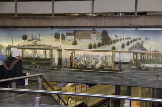 L'art défile au cours des galeries et des stations.