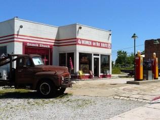 Le Four Women on the Route est une ancienne station essence. La vieille dépanneuse rouillée serait celle qui a inspiré le personnage de Martin aux créateurs de Cars.